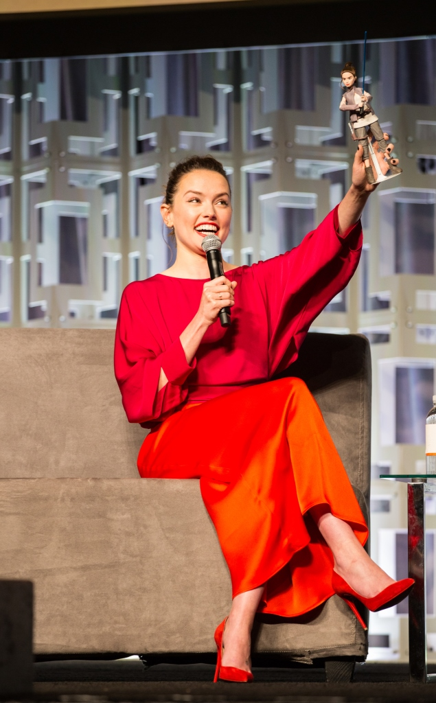 Daisy Ridley with Hasbro Star Wars Forces of Destiny Adventure Figure Rey (2)